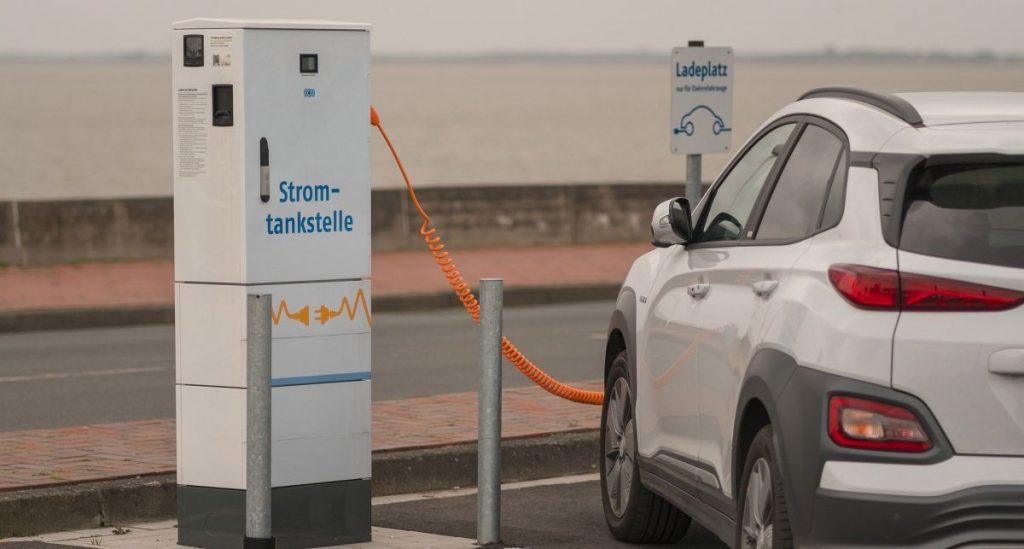 Stellvertreterbild für Autostrom zeigt ein E-Auto an einer Ladestation.