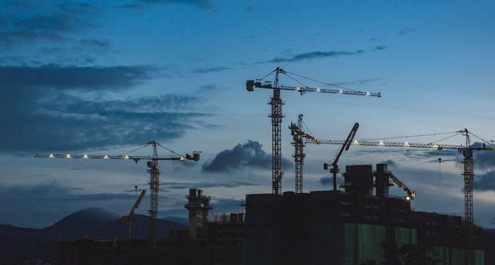 Das Foto zeigt eine Baustelle bei Nacht.