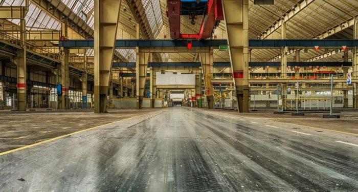 Das Foto zeigt eine leere Produktionshalle.