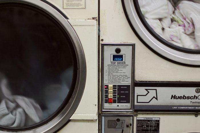 Frontaler Blick auf laufende Waschmaschine