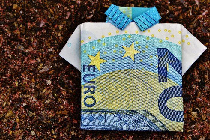 Ein 20-Euro-Schein ist zu einem Hemd gefaltet.