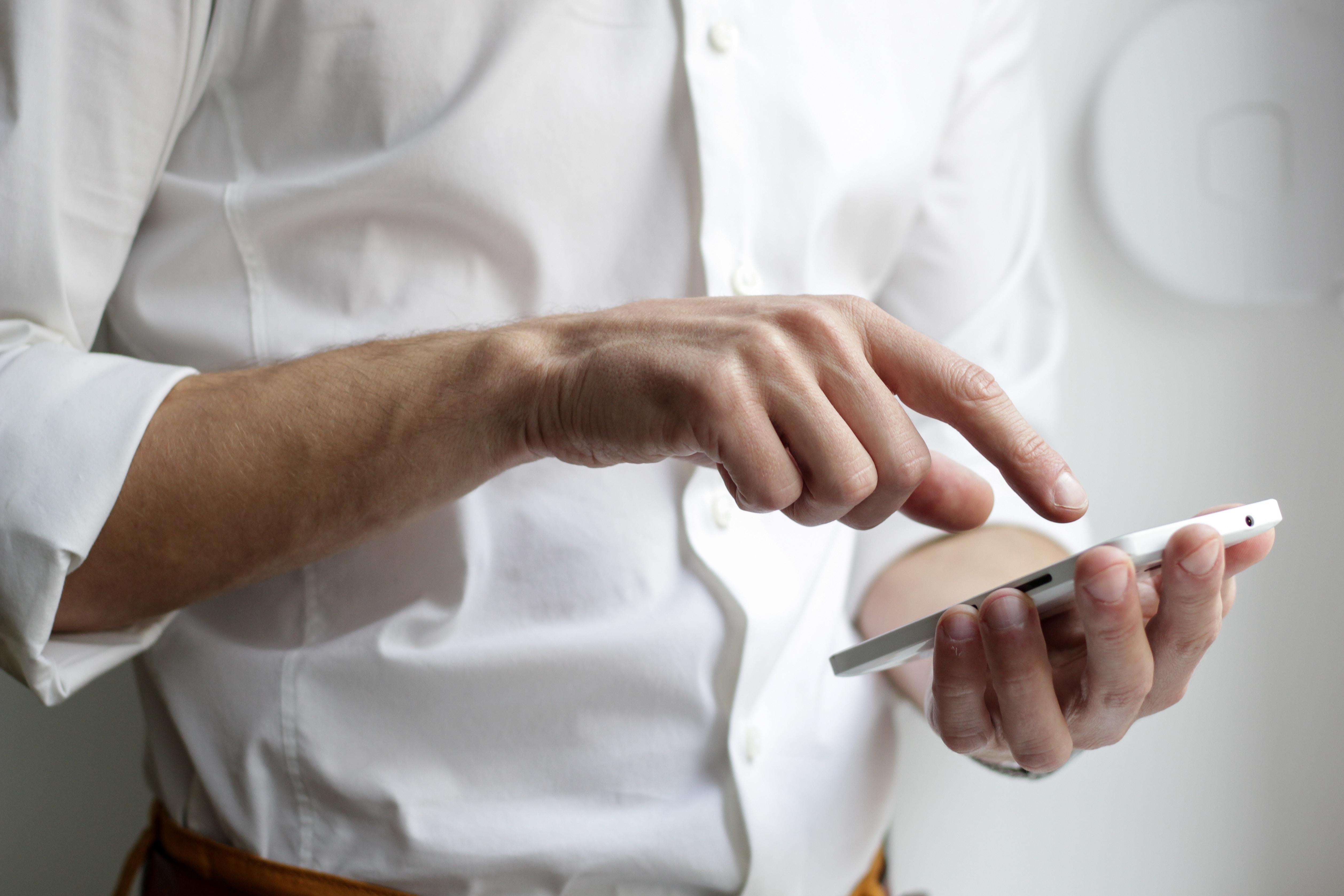 Ein Mann benutzt sein Smartphone.