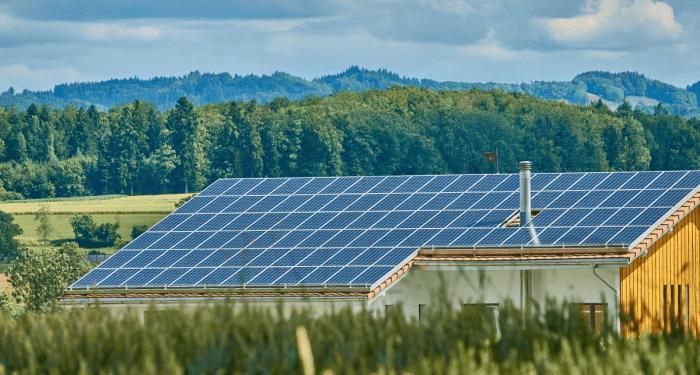 Eine Photovoltaikanlage auf einem Hausdach in den Bergen