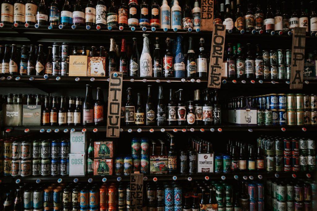 Eine Wand voller verschiedener Flaschen-Biere.